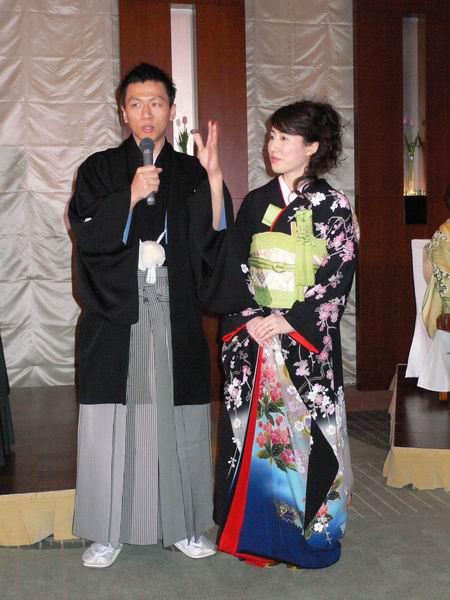plusieurs fois pendant le mariage  tenue de mariés occidentale, puis costumes  traditionnels japonais, puis robe traditionnelle chinoise pour Keiko,